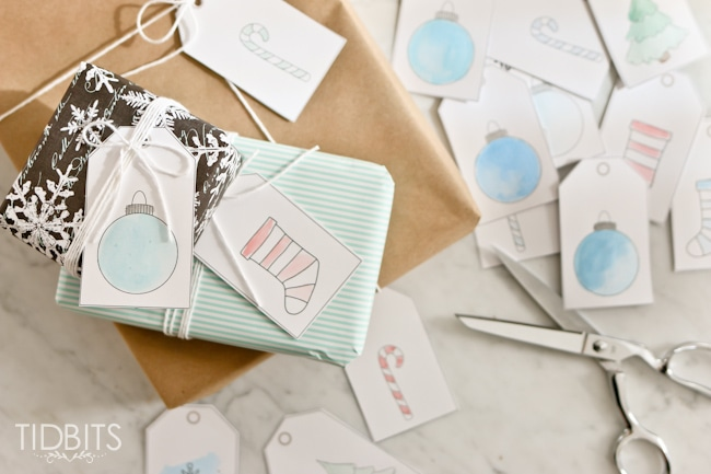 Free printable and customizable Holiday gift tags.