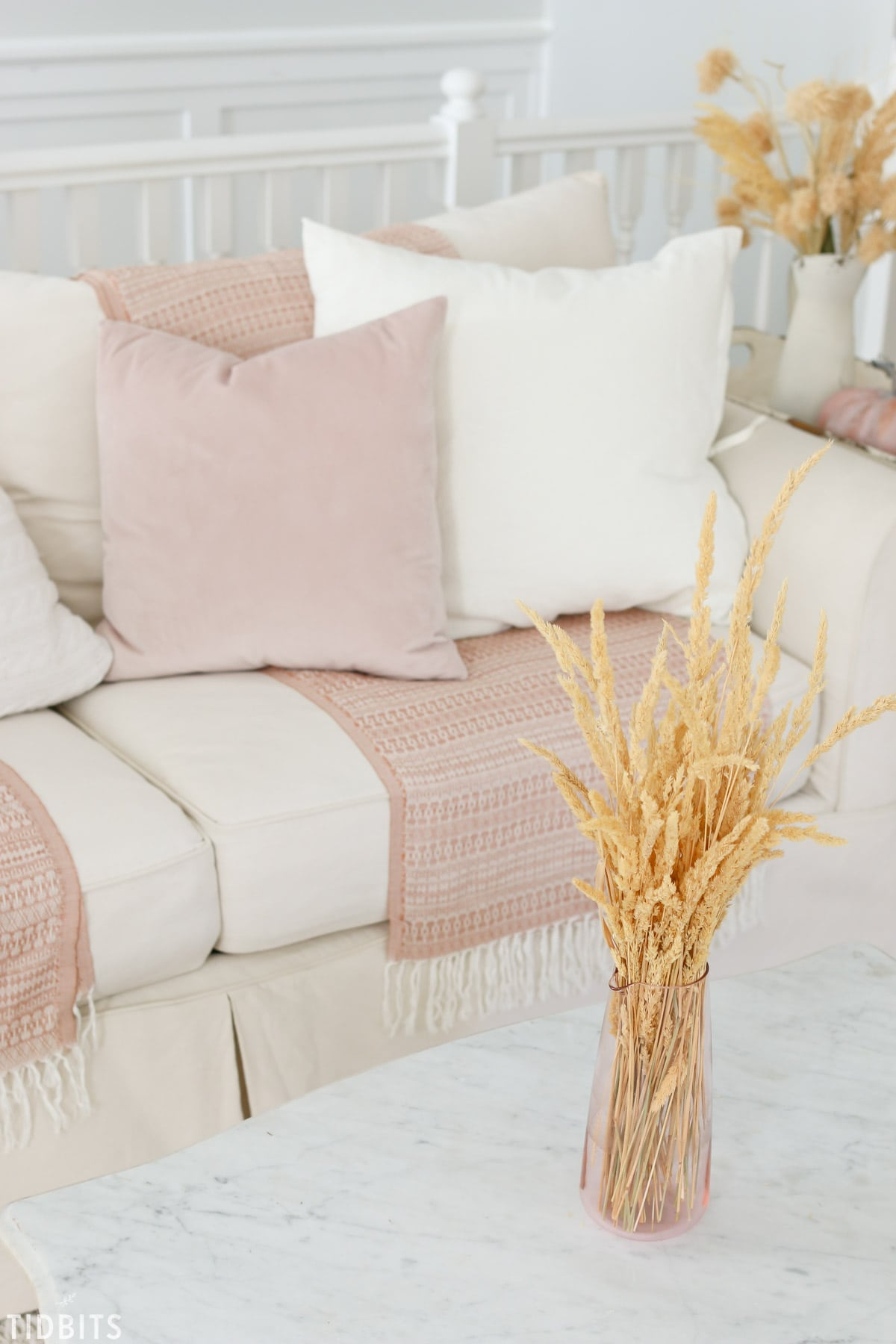 TIDBITS Fall Home Tour | Living Room. What small seasonal changes you can do when you don't feel like decorating.
