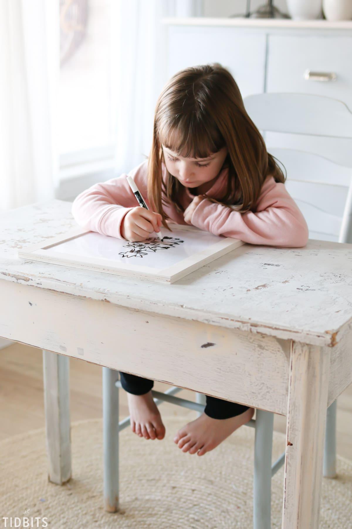 Easy DIY reversible mini chalkboard and whiteboard, by TIDBITS.