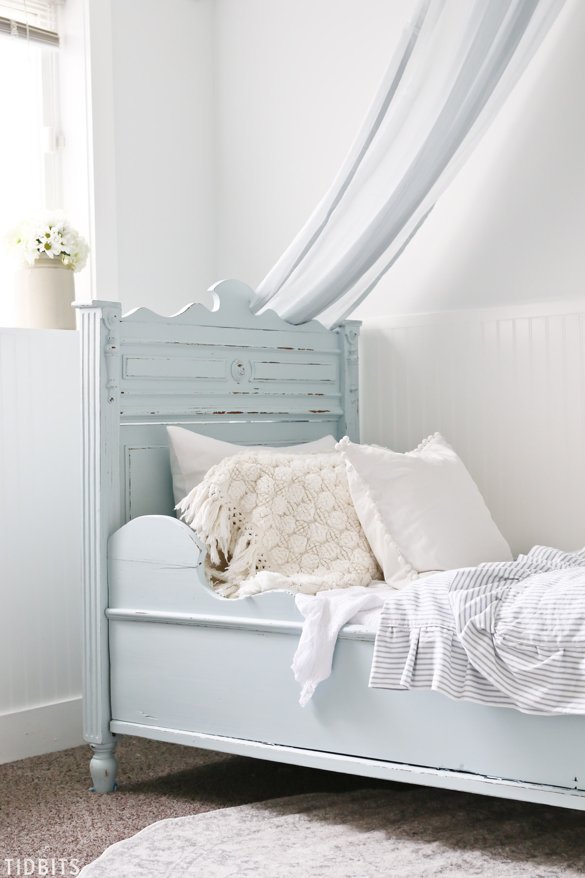 Blue and white girls bedroom makeover